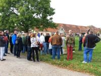 45 Geschichtsinteressierte bei Flugplatzwanderung am Tag der deutschen Einheit