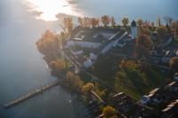 Der Chiemsee des bayerischen Märchenkönigs im goldenen Herbst