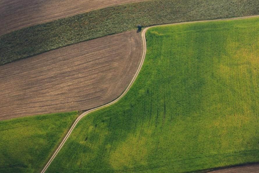 ein himmlischer blick auf den sommerlichen bayerischen wald luftbildfotografie