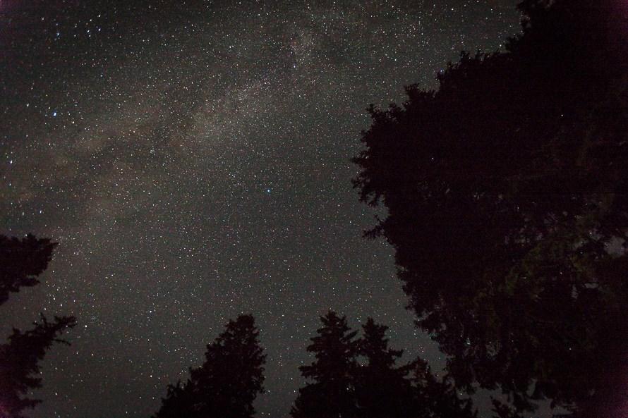 sternenhimmel milchstrasse und die monde des jupiter im nationalpark bayerischer wald